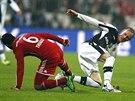 Thiago Alcantara (vlevo) z Bayernu Mnichov bojuje o míč s Janem Rosenthalem z