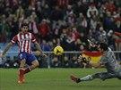 Diego Costa z Atlétika Madrid překonává gólmana San Sebastianu.