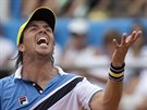 Argentinský tenista Carlos Berlocq se zlobí sám na sebe.