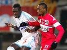 Benjamin Mendy (vlevo) z Marseille odehrává míč před Jeanem-Danielem