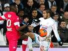 Dimitri Payet (vpravo) z Marseille a  Steeve Yago  z Toulouse bojují o míč.