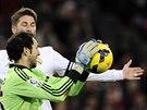 Diego Lopez z Realu Madrid chyt� m��, spoluhr�� Sergio Ramos mu kryje z�da.