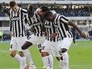 TANEČEK. Střelec Juventusu Turín Carlos Tévez (druhý zpráva) oslavuje se...