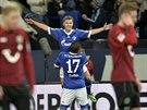 OSLAVY. Max Meyer (naho�e) ze Schalke slav� se spoluhr��em Jeffersonem Farfanem...