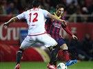 TAK JAKOU KULIŠÁRNU VYMYSLÍM? Útočník Barcelony Lionel Messi (vpravo) zkouší...