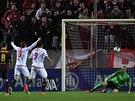 A JE TAM. Gólman Barcelony Victor Valdés (v zeleném) právě inkasuje gól od...