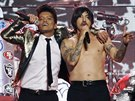 Bruno Mars a Anthony Kiedis z The Red Hot Chili Peppers p�i vystoupen� na...