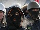 Masky a různé ochranné pomůcky se na demonstracích staly normou (Kyjev, 2....