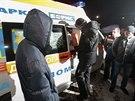 Opoziční lídr Vitalij Kličko stojí na letišti Boryspil u dveří sanitky, která...