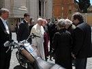 Papež František se svým motocyklem Harley-Davidson (Řím, červen 2013).