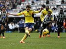 NEZAHODIL JI. Fabio Borini ze Sunderlandu sk�ruje z penalty proti Newcastlu.