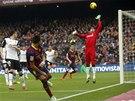 PERFEKTNÍ LOB. Barcelonský Alexis Sanchez překonává z úhlu brankáře Valencie