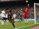 PERFEKTN� LOB. Barcelonsk� Alexis Sanchez p�ekon�v� z �hlu brank��e Valencie