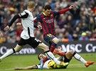 NEPROJDE�. Fotbalist� Valencie si hled� barcelonsk� hv�zdy Lionela Messiho.
