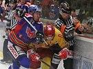 Momentka z utkání mezi hokejisty Motoru České Budějovice (v modrém) a