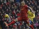 GÓL V PRVNÍ MINUTĚ. Liverpoolský obránce Martin Škrtel usměrňuje míč do brány...