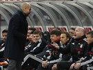 DEBATA NA LAVI�CE. Pep Guardiola, kou� Bayernu, diskutuje b�hem z�pasu s...