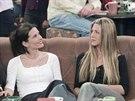 Courteney Coxová a Jennifer Anistonová v seriálu Přátelé (2000)