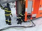 Čeští hasiči vyrábí proud pro Slovince pomocí naftové kontejnerové