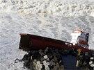 Kvůli silnému větru nákladní loď narazila do kamenné kráze a její trup se