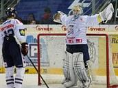 Liberecký brankář Ján Lašák se raduje z čistého konta v utkání s Karlovými Vary.