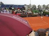 POD DEŠTNÍKY. Fanoušci sledují utkání 1. kola Fed Cupu mezi Španělskem a Českem