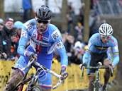 Cyklokrosař Zdeněk Štybar přes drobná zaváhání porazil na mistrovství světa v nizozemském Hoogerheide obhájce Svena Nijse z Belgie (v pozadí).