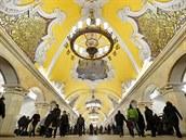 Symboly z doby Sov�tsk�ho svazu zdob� strop moskevsk� stanice Komsomolskaya.