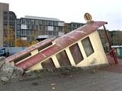 Starý železniční vagon mizející pod chodníkem? Ve skutečnosti je to vchod do...