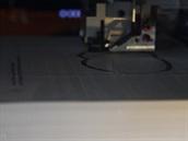 Tisková hlava řeže každý list papíru zvlášť. Okolí tištěného modelu rozřeže na...
