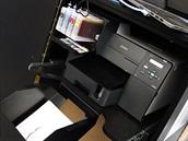 Součástí kompletu Iris je i inkoustová tiskárna Epson. Ta tiskne vrstvu po...