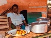 Pouliční prodej bushmeatu. Porce se tu dá pořídit zhruba za 500 středoafrických franků (tedy cca 20 korun).