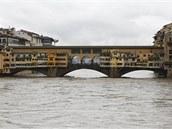Obyvatelé Florencie hledí na rozvodněnou řeku Arno z historického mostu Ponte