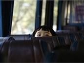 Čínští školáci nastupují po vyučování do autobusu, který je odveze z Hongkongu