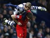 Matěj Vydra z West Bromwich Albion si vyskočil na Stevena Gerrarda z Liverpoolu.