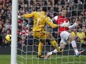 Nacho Monreal (vpravo) z Arsenalu se pokou�� poko�it g�lmana Juliana Speroniho