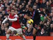 Nacho Monreal (vlevo) z Arsenalu sleduje zpracov�n� Marv�na �amacha z Crystal