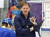 MOJE TAKTIKA. Trenér Alois Hadamczik vysvětluje na prvním tréninku v Soči, co si představuje od svých svěřenců na olympijském turnaji.