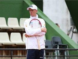 ��F. Nehraj�c� kapit�n Petr P�la sleduje tr�nink �esk�ch tenistek na z�pas 1.