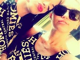 Z Instagramu zp�va�ky Miley Cyrusov� (vpravo): s kamar�dkou se vyfotila v...