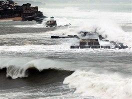 Přílivová vlna způsobila značné škody na francouzském pobřeží Atlantiku (2....