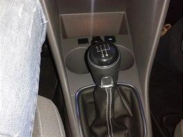 Středový panel je hodně široký, tlačí řidiče do nohy.