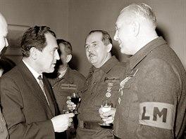 1968. Vasil Biľak při rozhovoru s příslušníky Lidových milicí při oslavě 20....