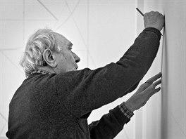 Výtvarník Stanislav Kolíbal při tvorbě jedné ze svých nástěnných kreseb (prosinec 2011)