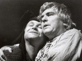 Vladimír Čapka (vlevo) v roli šaška v Králi Learovi z roku 1996. Vpravo...