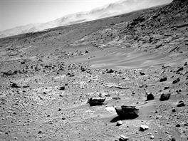 A tohle Curiosity nyn� �ek�. Ostr� kameny a dal�� p�se�n� duny.