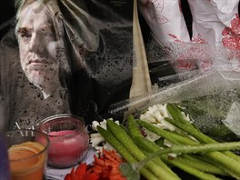 Lidé nosí květiny k domu, kde zemřel Philip Seymour Hoffman.