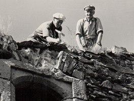 Oprava chátrajího hradu v 50. letech