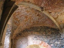 Jeden z důkazů, jak byl hrad z konce 14. století postaven v luxusním stylu - současný pohled na klenby ve sklepení.