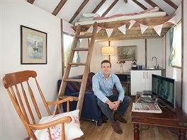 Sedmý den věnoval Tom zařizování interiéru.